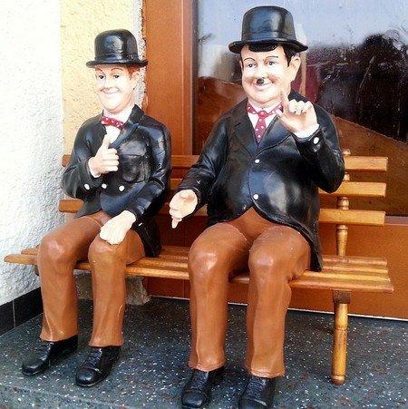 Laurel et Hardy sur un banc
