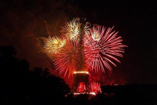 Feu d'artifice à la Tour Eiffel - toutoblog.unblog.fr
